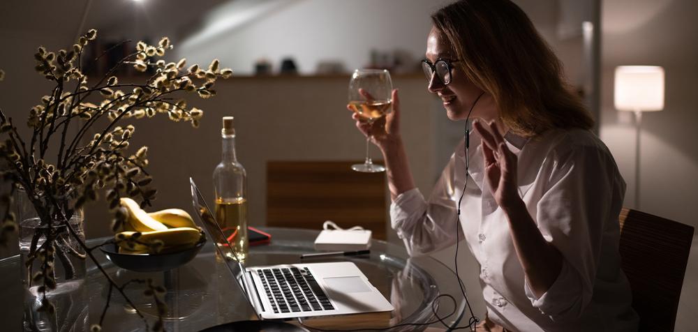 ragazza in videochiamata con bicchiere di vino per aperitivo