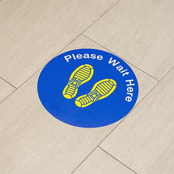 Adesivo per distanza sociale sul pavimento
