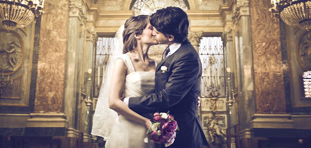 sposi bacio in chiesa
