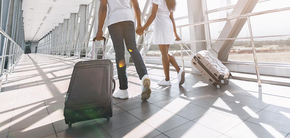coppia con bagagli in aeroporto